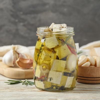 Sugestie de prezentare - Cubulețe de brânză cu usturoi și măsline în ulei condimentat 260g
